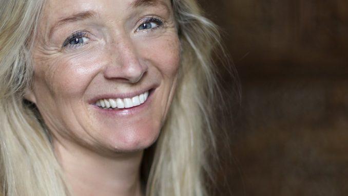 AKTUELL MED BOK: Kjærlighet er bare varmt, raust, godt og prioriterer deg helt uten betingelser, sier forfatter Anniken Lien Mathiesen. Foto: Hilde Brevig. Kjærlighetsmønster.